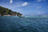 Thailand, Nangyuan (Nangyuan Island), view of cottages on the beach and a fishing boat — Stock Photo