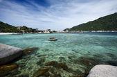 Thailand, Koh Nangyuan (Nangyuan Island), view of the island and tourists on kayaks — Stock Photo