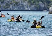 Thajsko, koh angthong Národní mořský park mu, turisté, kanoistika — Stock fotografie