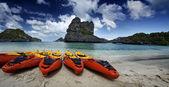 Thailand, MU KOH ANGTHONG National Marine Park, panoramic view of kayaks on a beach — Stock Photo