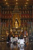 Thailand, Bangkok, Amarintharam Worawihan Temple, golden Buddha statue — Stock Photo