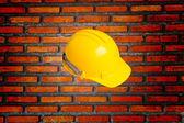 砖墙和头盔 — 图库照片