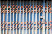 La vecchia porta d'acciaio blu — Foto Stock