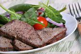 西冷牛排和菠菜 — 图库照片