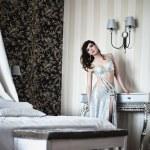 dziewczyna w sukience srebrnej odpoczynku w hotelu — Zdjęcie stockowe