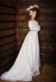 Femme dans une longue robe blanche — Photo