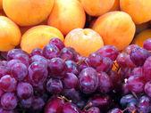 Tel Aviv grapes and apricots 2012 — Stock Photo