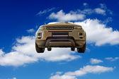 Auto contra un telón de fondo de cielo azul entre las nubes — Foto de Stock