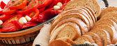Pomidory pocięte i chleb — Zdjęcie stockowe