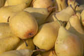 Yellow pears lined up on the counter for sale — Stock Photo