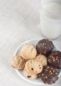 Latte con biscotti — Foto Stock