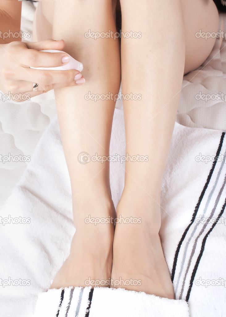 Close up photo of woman shaving her legs — Stock Photo #8004556