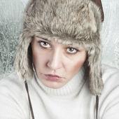 красивая женщина перед окном морозная — Стоковое фото