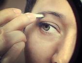 Tweezing eyebrows — Stock Photo