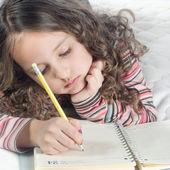 Holčička s poznámkový blok a pero — Stock fotografie