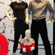 Showcase with mannequins — Stockfoto