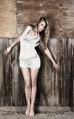Mladá žena u zdi — Stock fotografie
