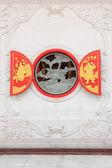 китайский круглое окно на стене. — Стоковое фото
