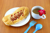 Sausage salad cream and ketchup bread breaking time. — 图库照片