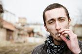 Portrét mladého muže, hezký kouření — Stock fotografie