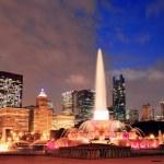 Buckingham Fountain and urban city skyline — Stock Photo #9859104