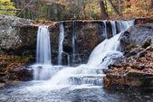 在山中的秋天瀑布 — 图库照片