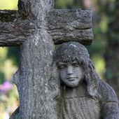 статуя женщины на могиле — Стоковое фото