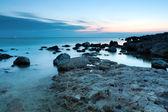 Schönen felsigen strand den sonnenuntergang — Stockfoto