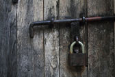 Porta in legno d'epoca con un lucchetto — Foto Stock