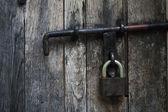 Ročník dřevěné dveře s visacím zámkem — Stock fotografie