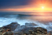 Bel tramonto sulla spiaggia del mare — Foto Stock
