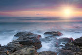 Vackra steniga stranden vid solnedgången — Stockfoto