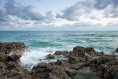 Krásné kamenné moře pláž při západu slunce — Stock fotografie