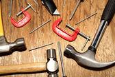 разные рабочие инструменты на деревянные панели — Стоковое фото
