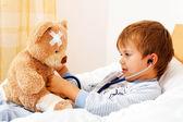 Peluche niño enfermo examinada con el estetoscopio — Foto de Stock