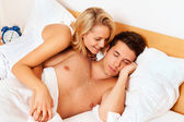 Couple has fun in bed. laughter, joy and eroticism — Foto Stock