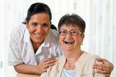 Enfermera en el cuidado de anciano de la tercera edad en altenhei — Foto de Stock