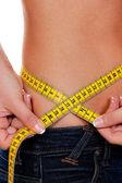 Slim donna con nastro di misura misura la sua figura — Foto Stock