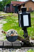 Valdeltagandet vid järnvägen spår — Stockfoto