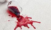 Bicchiere di vino rosso moquette sporca. — Foto Stock