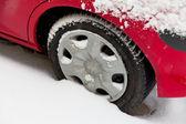 Vinter däck på en bil i snön. — Stockfoto