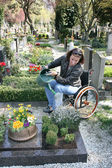 Niepełnosprawne kobiety na cmentarzu — Zdjęcie stockowe