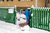 Frau bei der schneeräumung — Stockfoto