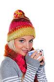 Frau mit Kapuze warm dich mit heißen Tee — Stockfoto