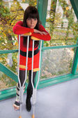 Donna con gamba in gesso e stampelle — Foto Stock