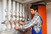 Uppvärmning engineer i pannrummet — Stockfoto