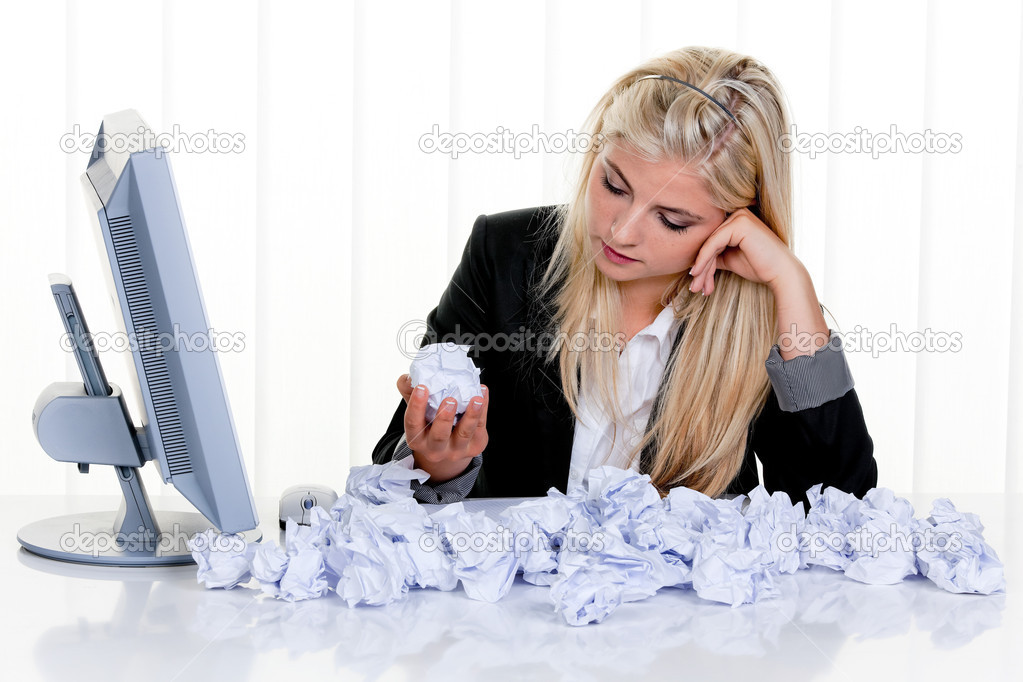 Young woman with paper looks for ideas — Stock Photo #8181140