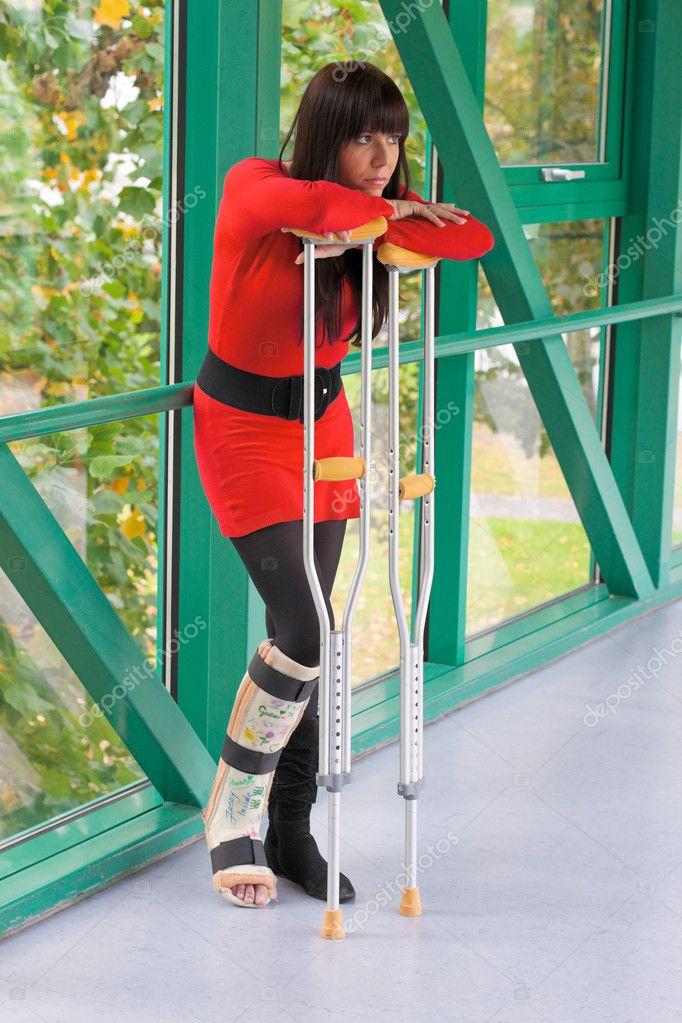 Femme avec une jambe dans le pl tre et des b quilles photo 8186903 - Photo jambe femme ...