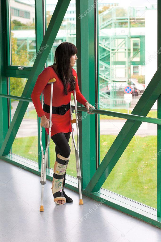 Femme avec une jambe dans le pl tre et des b quilles photo 8186910 - Photo jambe femme ...