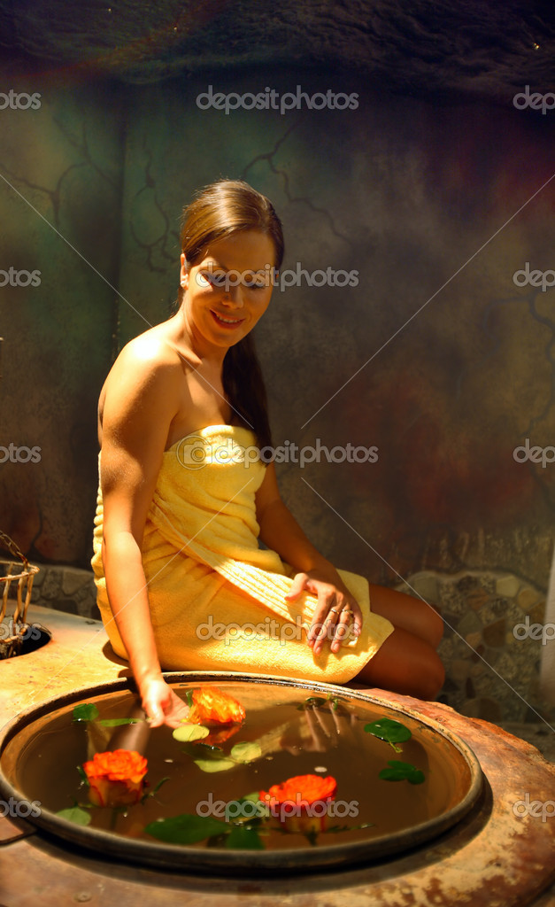 A beautiful woman in spa salon — Stock Photo #8186950